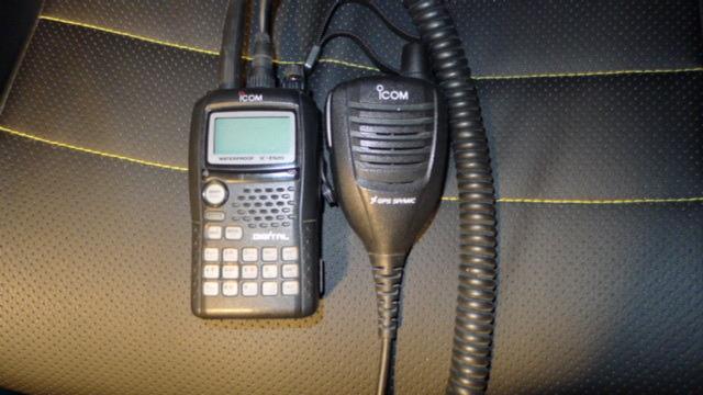 Icom IC E92D mit GPS-Mikrofon und Programmierkabel